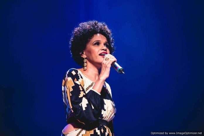 Teresa Cristina canta repertório de Cartola