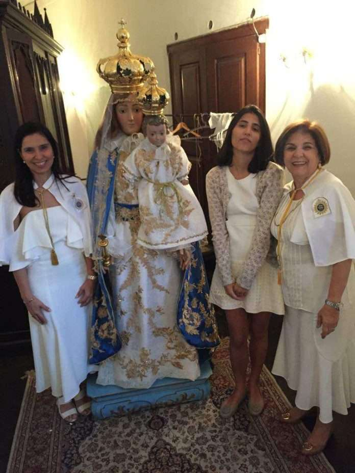 Troca anual das vestes de Nossa Senhora da Glória