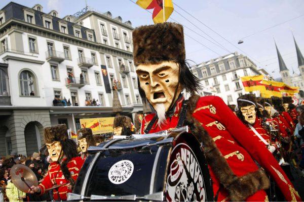 Carnaval na Europa com o tradicional desfile Fritschi