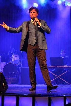 Márcio Gomes emociona o público em seu show