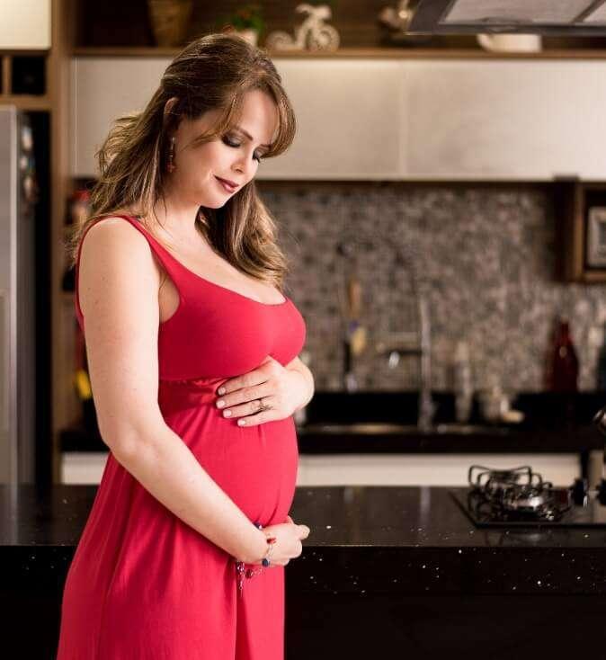 Atriz de O Rico e Lázaro está grávida de gêmeas