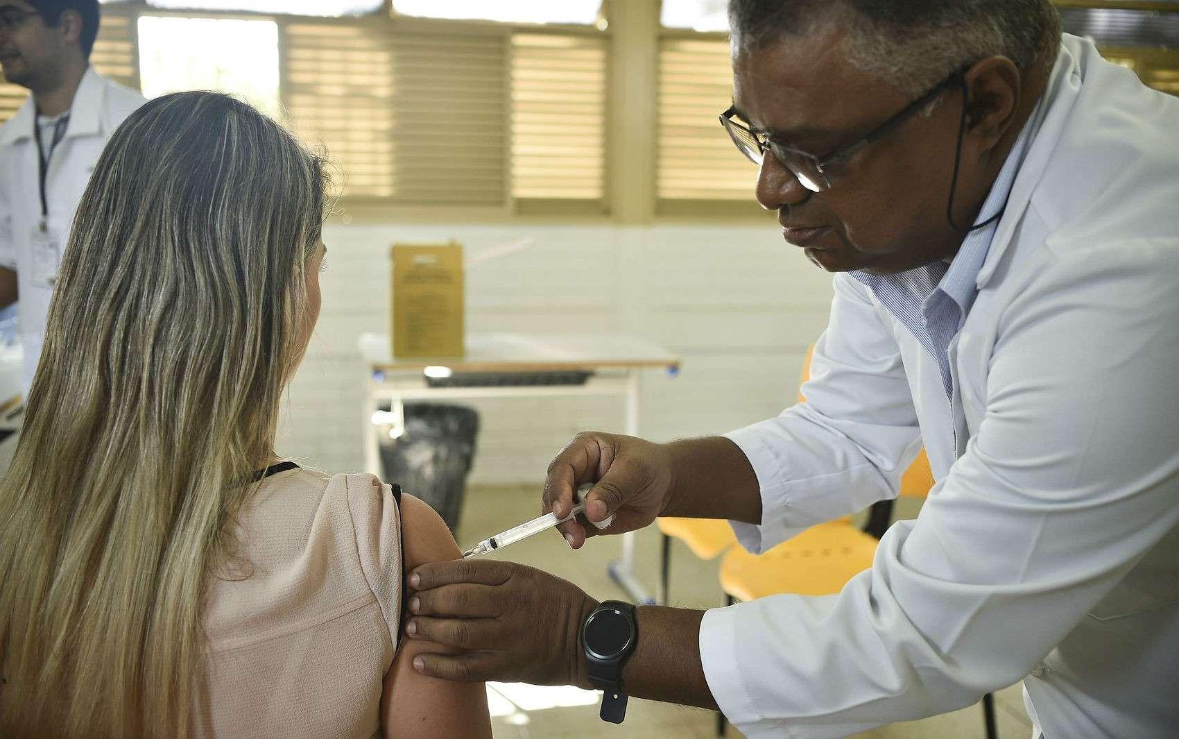 Vacina da gripe disponível no Brasil protege contra vírus H3N2