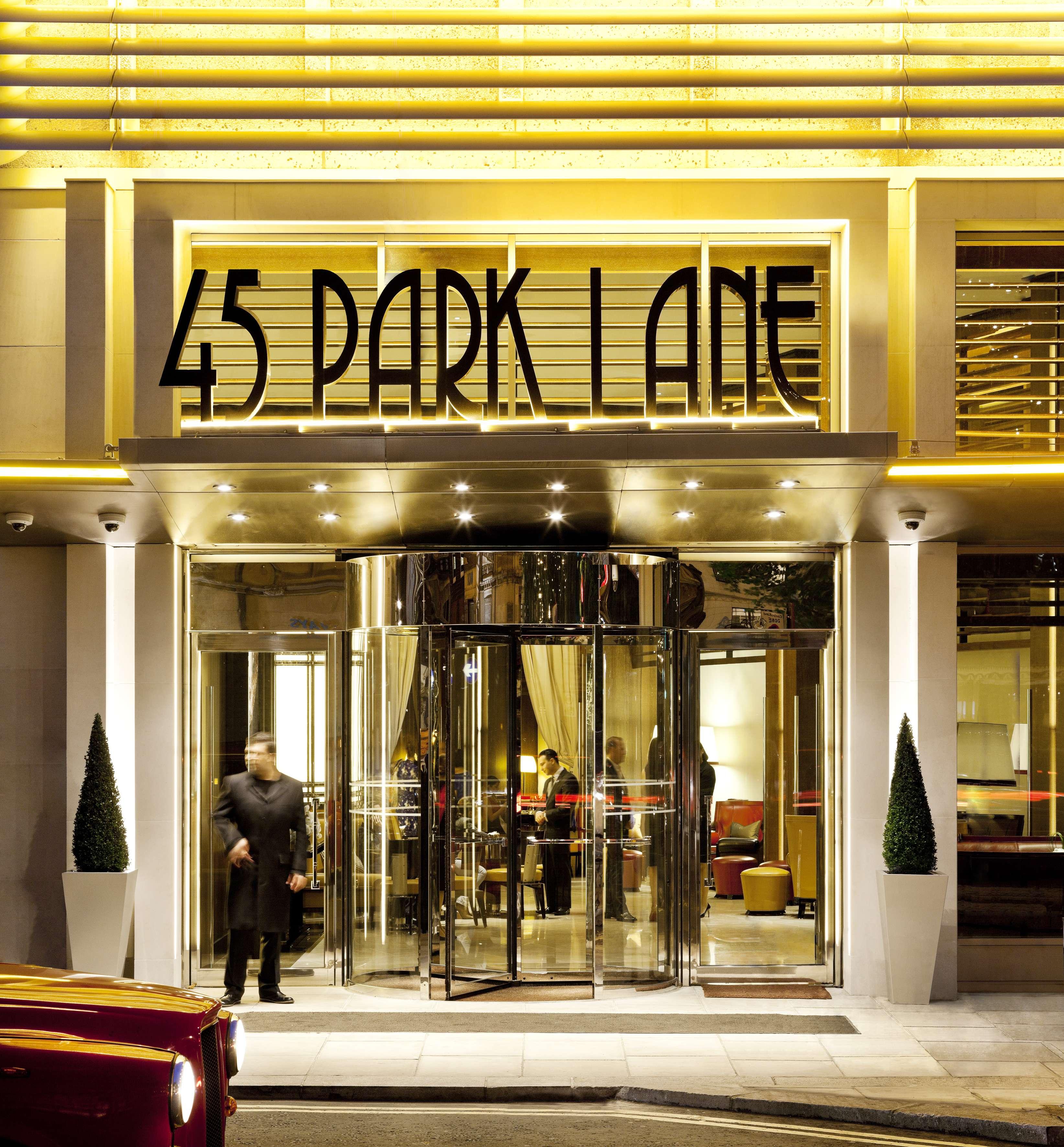 45 Park Lanerecebe Joe Webb em sua exposição de arte