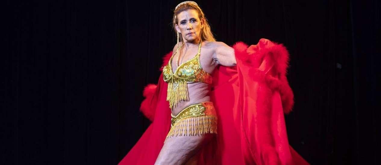 Rita Cadillac estréia nua no teatro aos 64 anos de idade