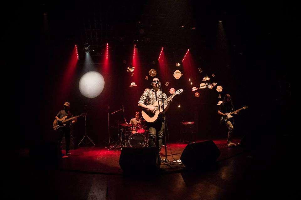 Cantor Emerson Leal faz show solo em São Paulo