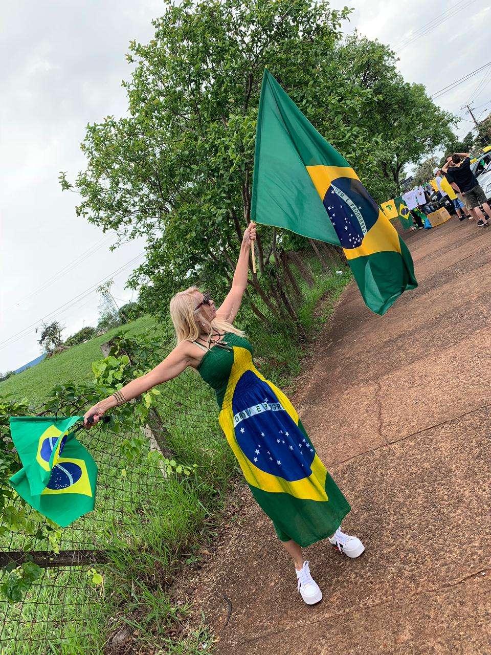 Domingo Eleitoral com Vestido da bandeira do Brasil