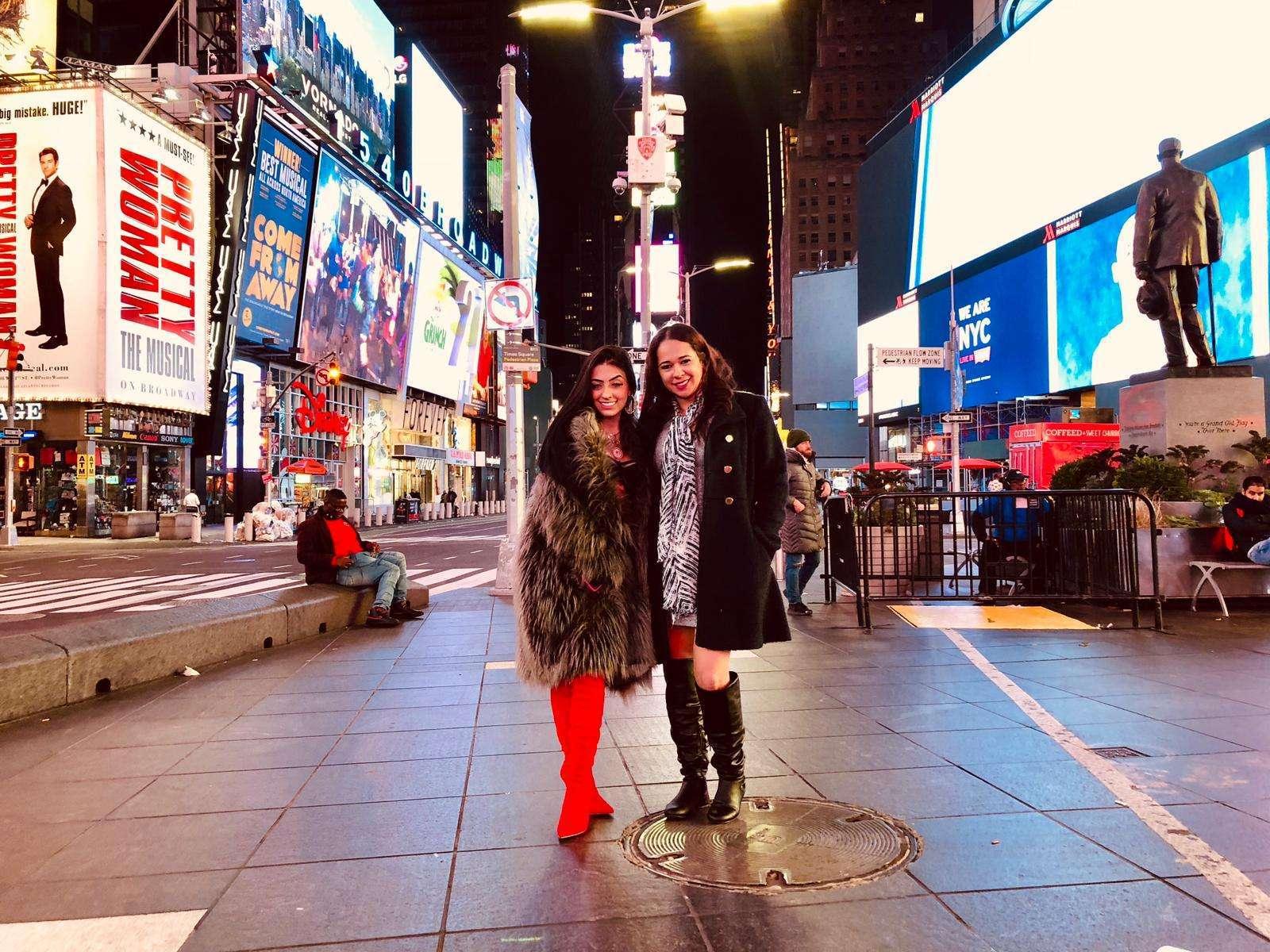 Funkeira posa de cinta liga em plena Times Square