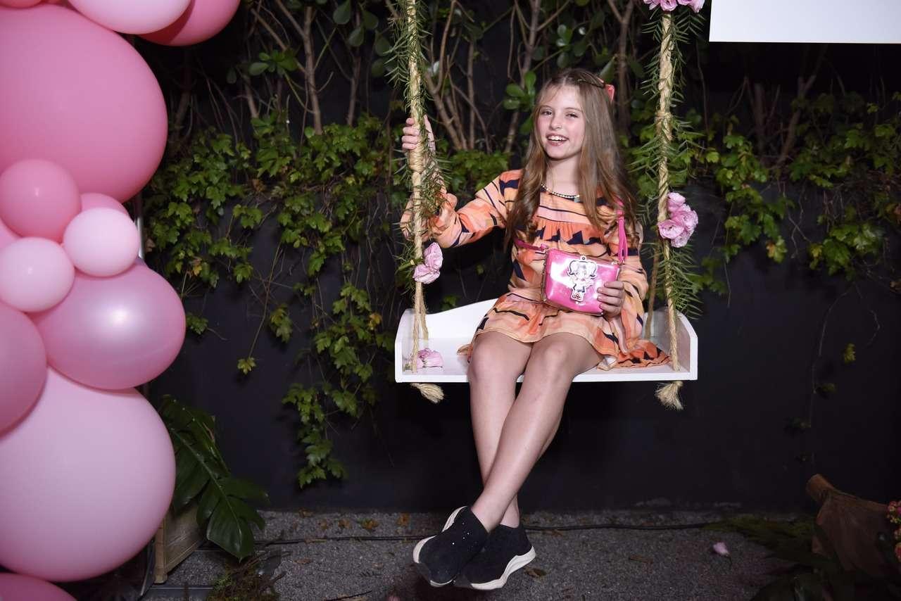 Lorena Queiroz participa de evento badalado de moda