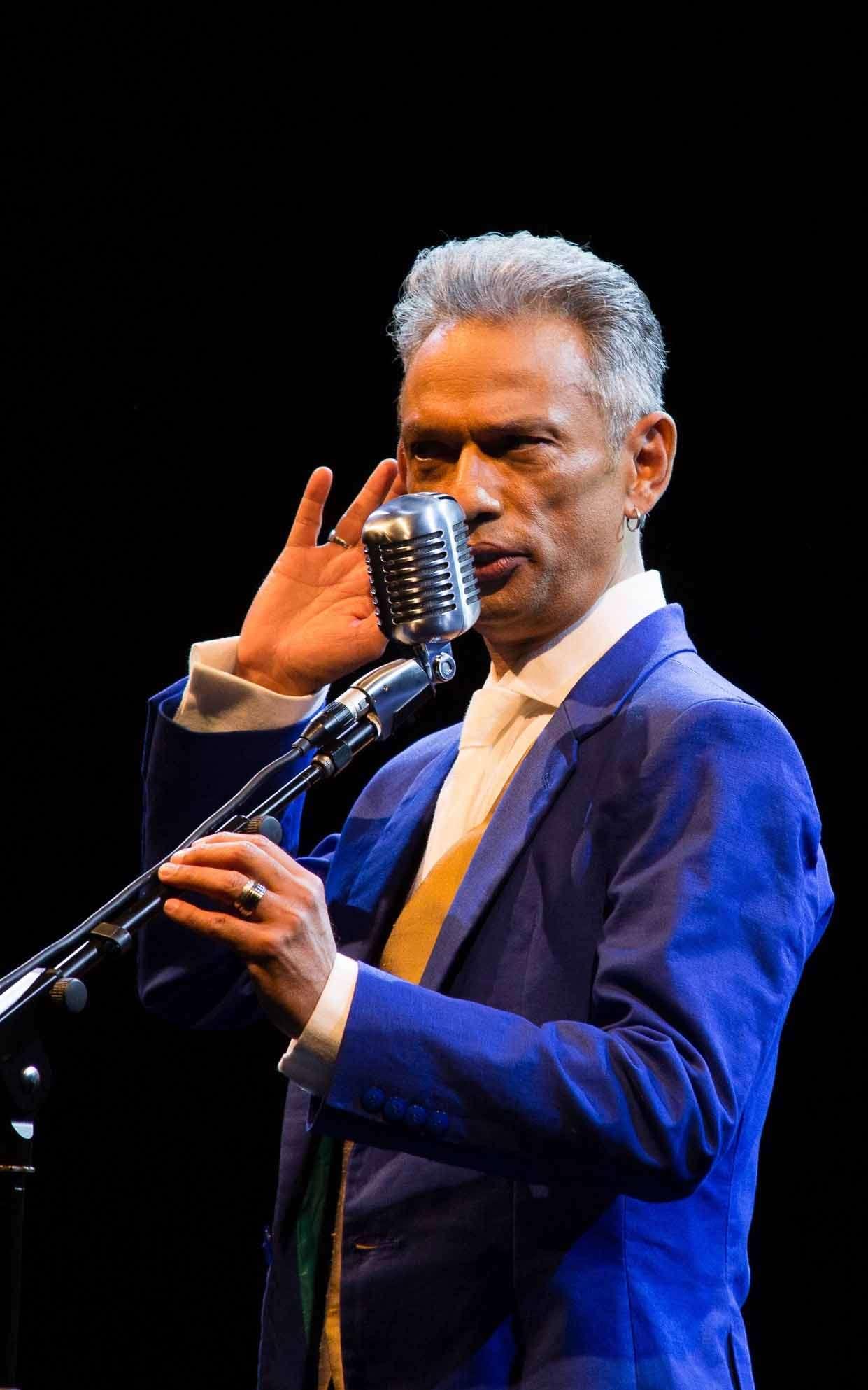 Zé Guilherme canta Orlando Silva em show no Bar do Nelson