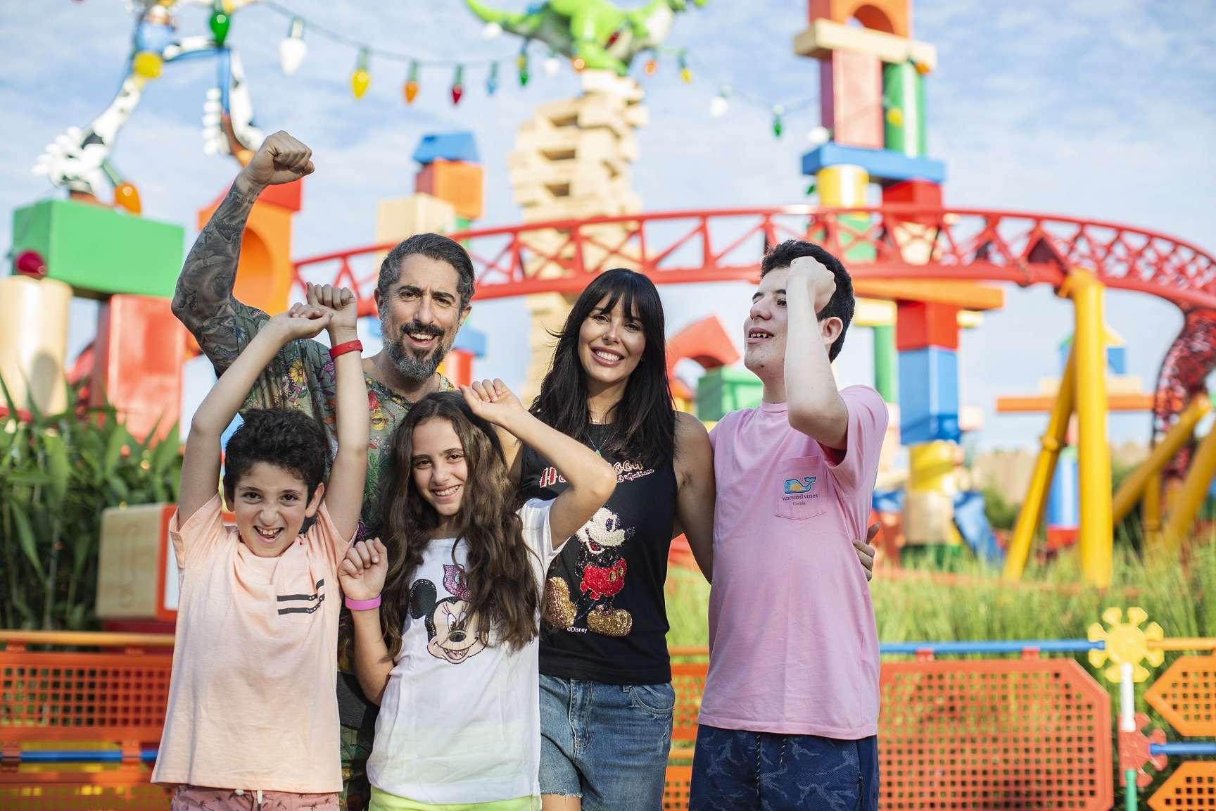 Marcos Mion e família visitam Toy Story Land