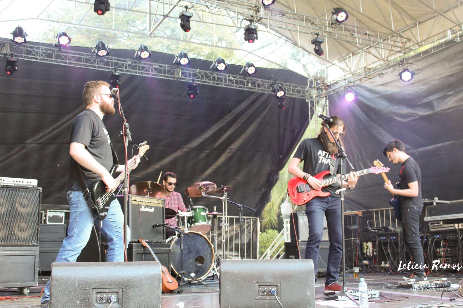 Banda de rock After That arrasta multidão por onde passa