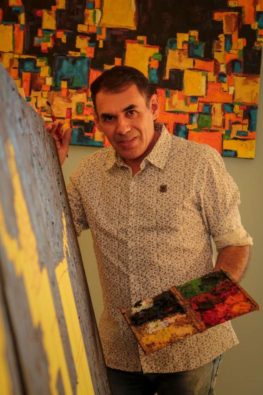 Artista plástico Luiz Bhittencourt com Janelas e Percepção