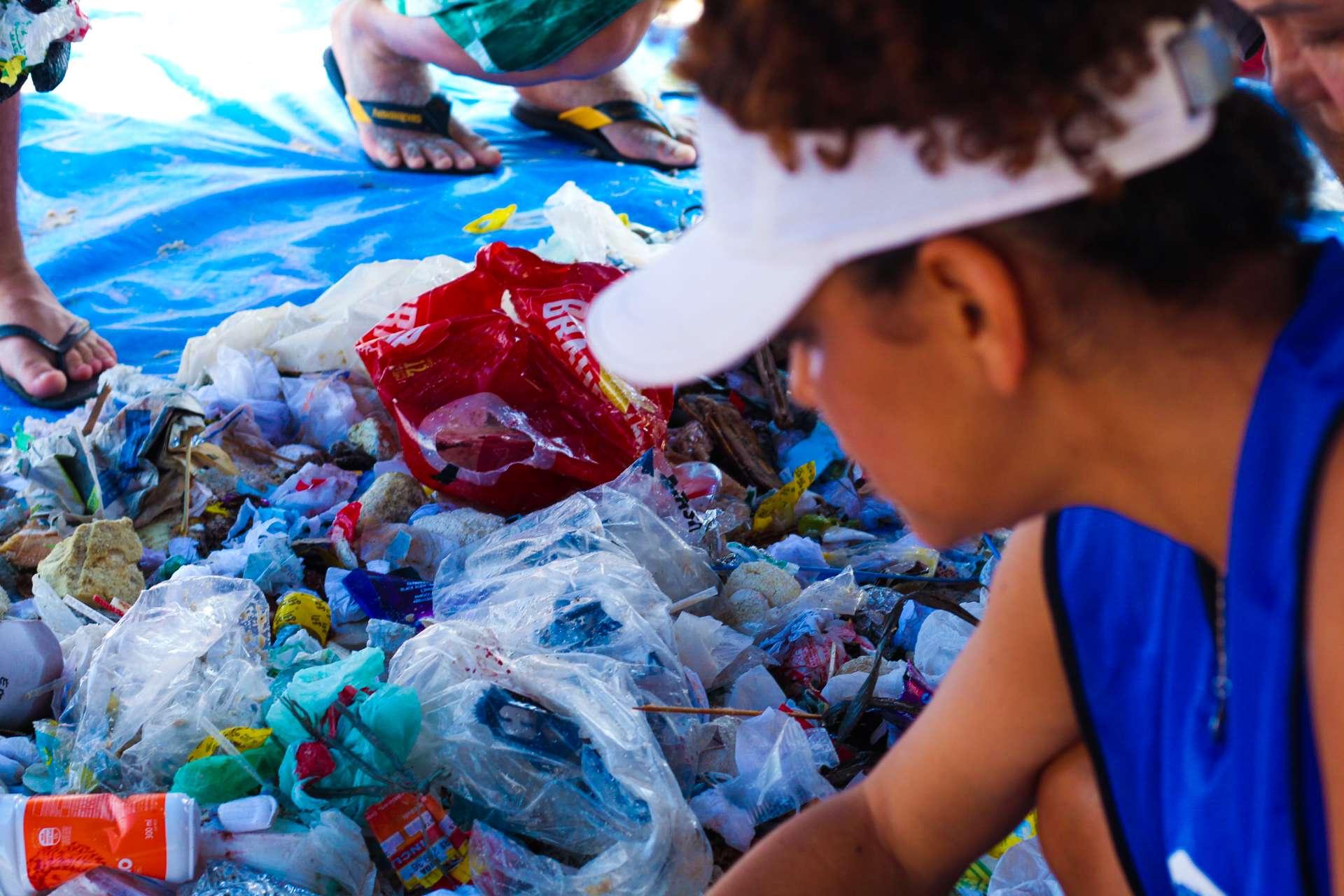 Adriana Calcanhotto em ação para limpeza da Praia do Leblon