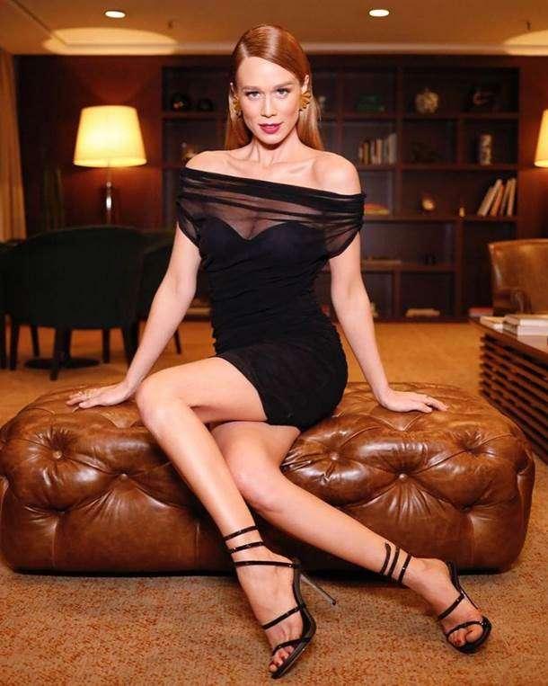 Mariana  Ximenes usa sandália ícone de grife italiana