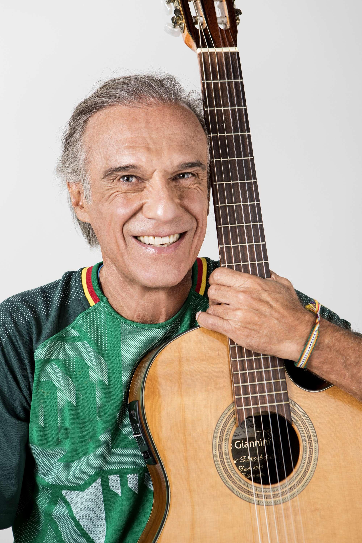 """Carlinhos Vergueiro renova o repertório e lança """"Tô Aí"""""""