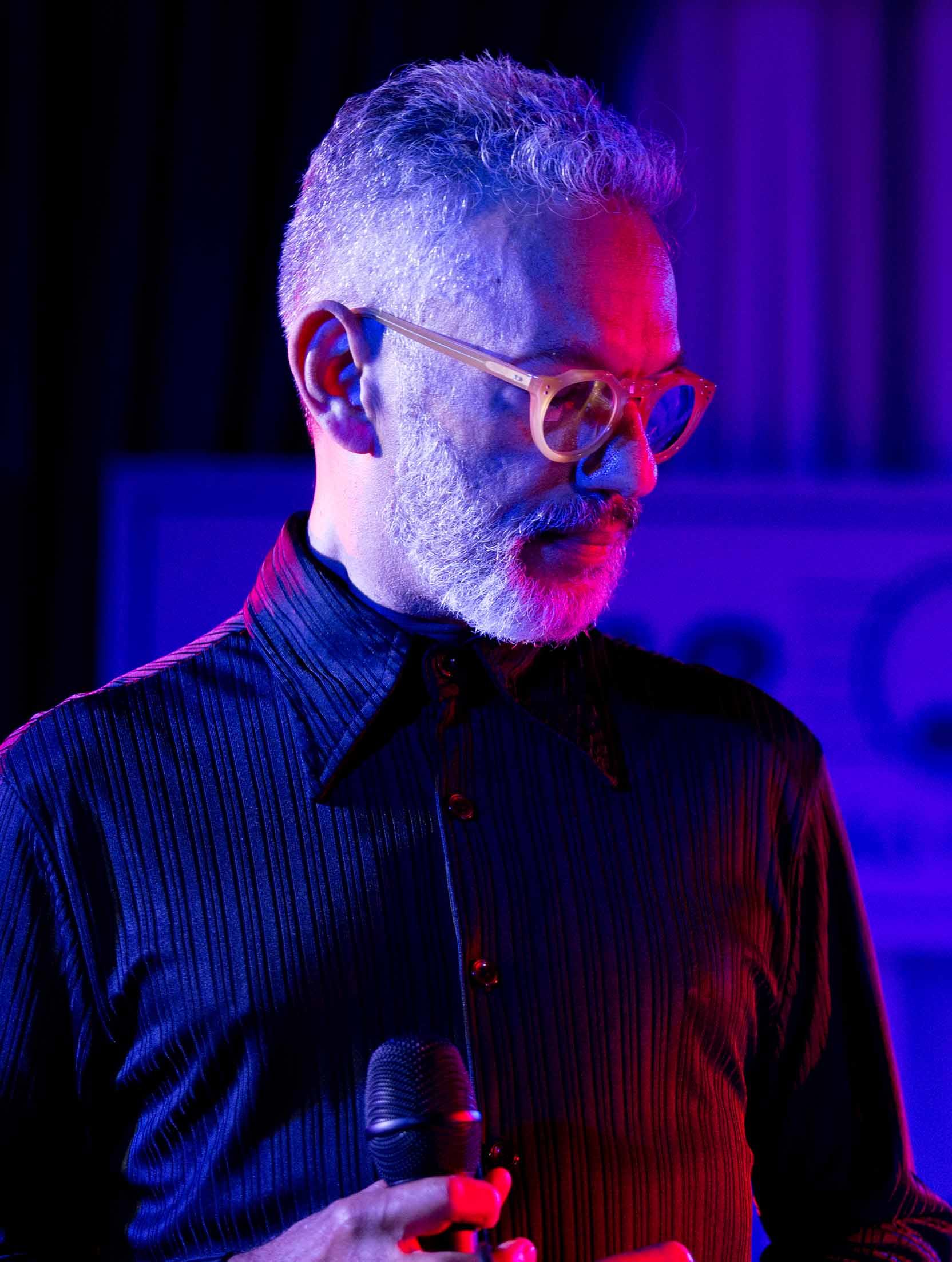 Zé Guilherme canta músicas  no Cabaret da Cecília