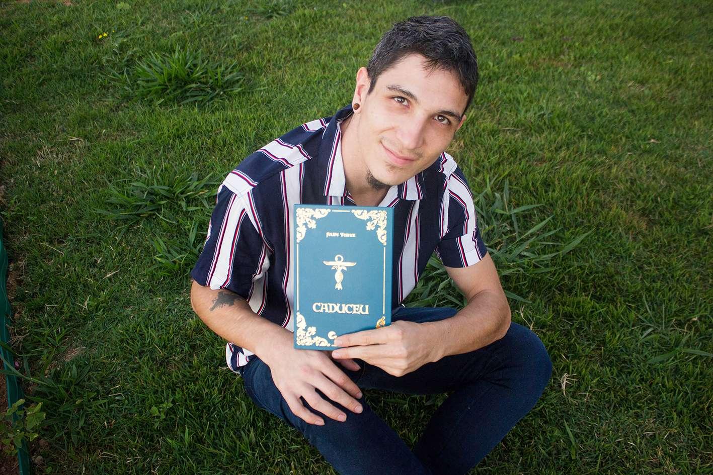 Jovem e premiado escritor faz noite de autógrafos
