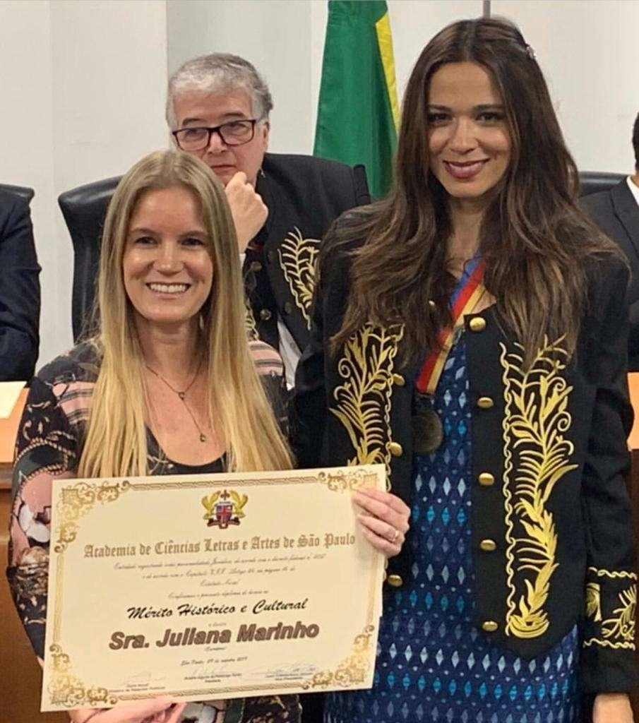 Escritora Juliana Marinho recebe condecoração