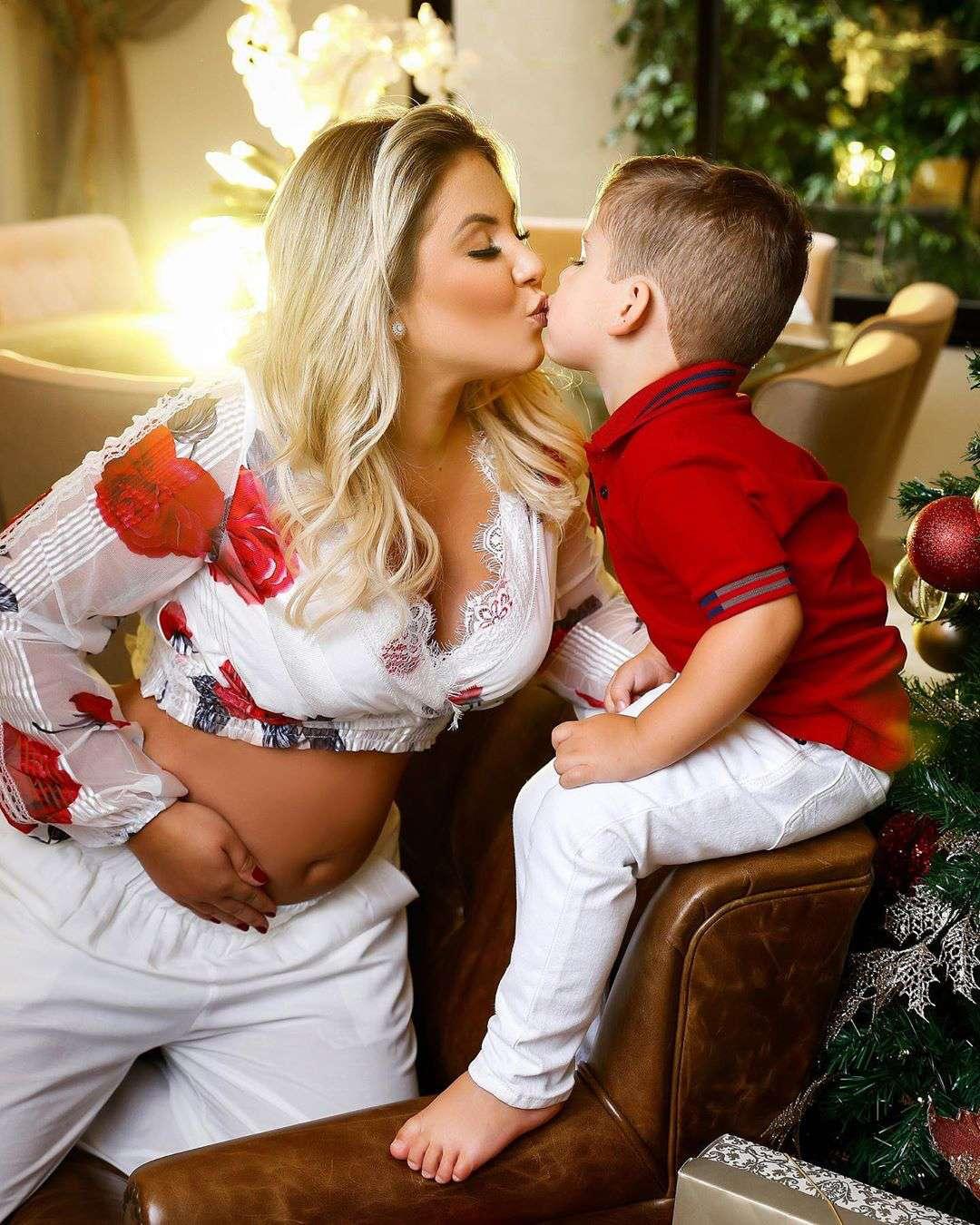 Ensaio natalino do cantor Zé Neto com a família