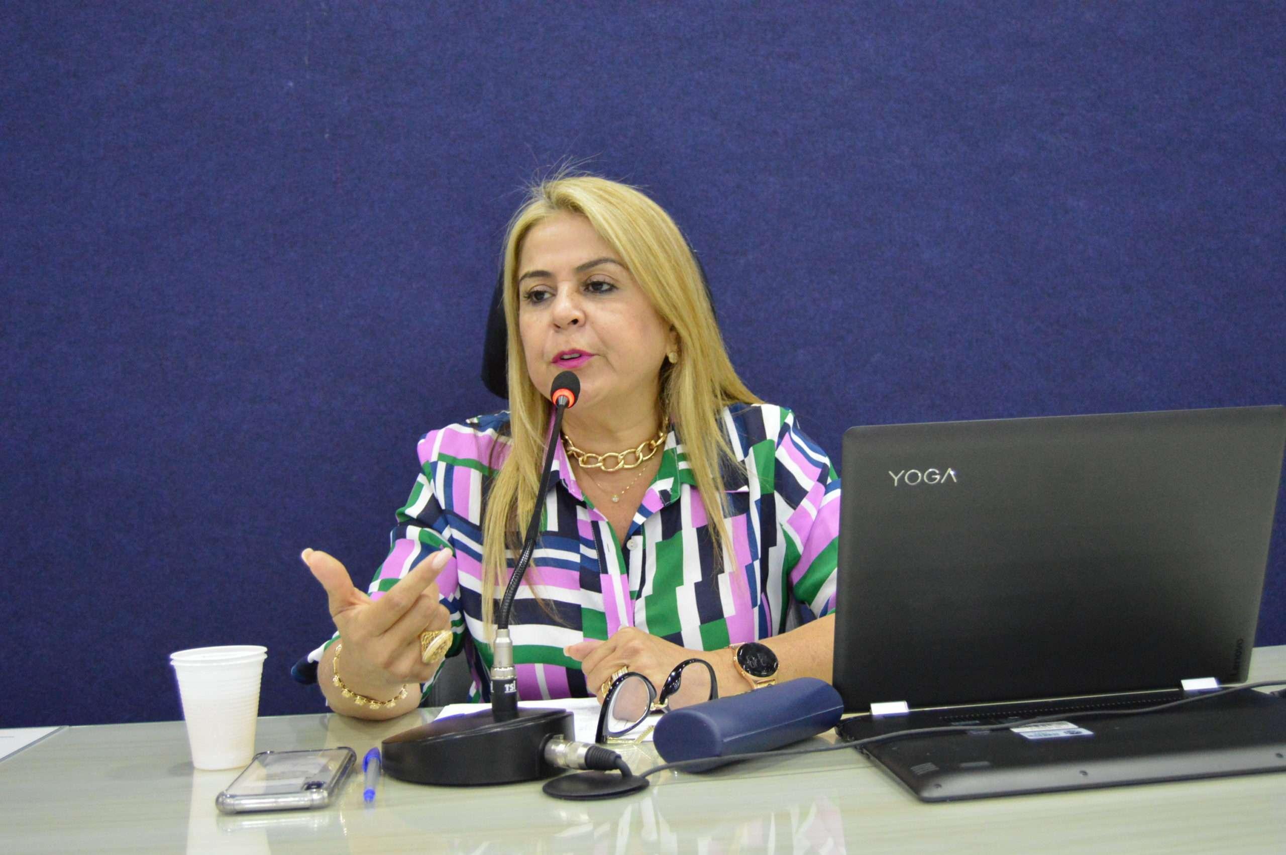 """Atua como presidente da Associação Brasileira de Colunistas Sociais do Norte e Nordeste (ABRACONE) e vice-presidente da Federação Brasileira de colunistas Sociais (FEBRACOS).  Também, está junto à Secretaria de Comunicação do Estado a serviço da Cultura e do Turismo, como """"Embaixadora de Alagoas"""".  Aninha Monteiro foi uma das primeiras colunistas alagoanas a """"invadir"""" a internet.  A colunista acumula 60 troféus, e também, é autora do livro """"Mulheres do Brasil"""".  A colunista também representa Alagoas em eventos culturais e sociais em todo por todo o País."""