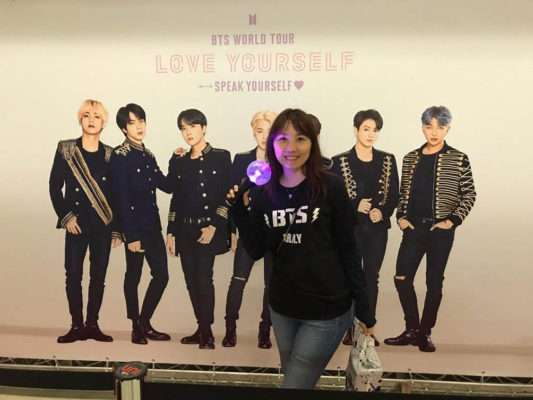 Yoo Na Kim acompanha show do grupo coreano BTS