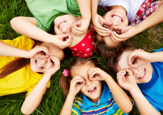 Crianças desfrutam de atividades gratuitas