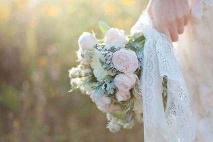Casamento no campo com cenário romântico