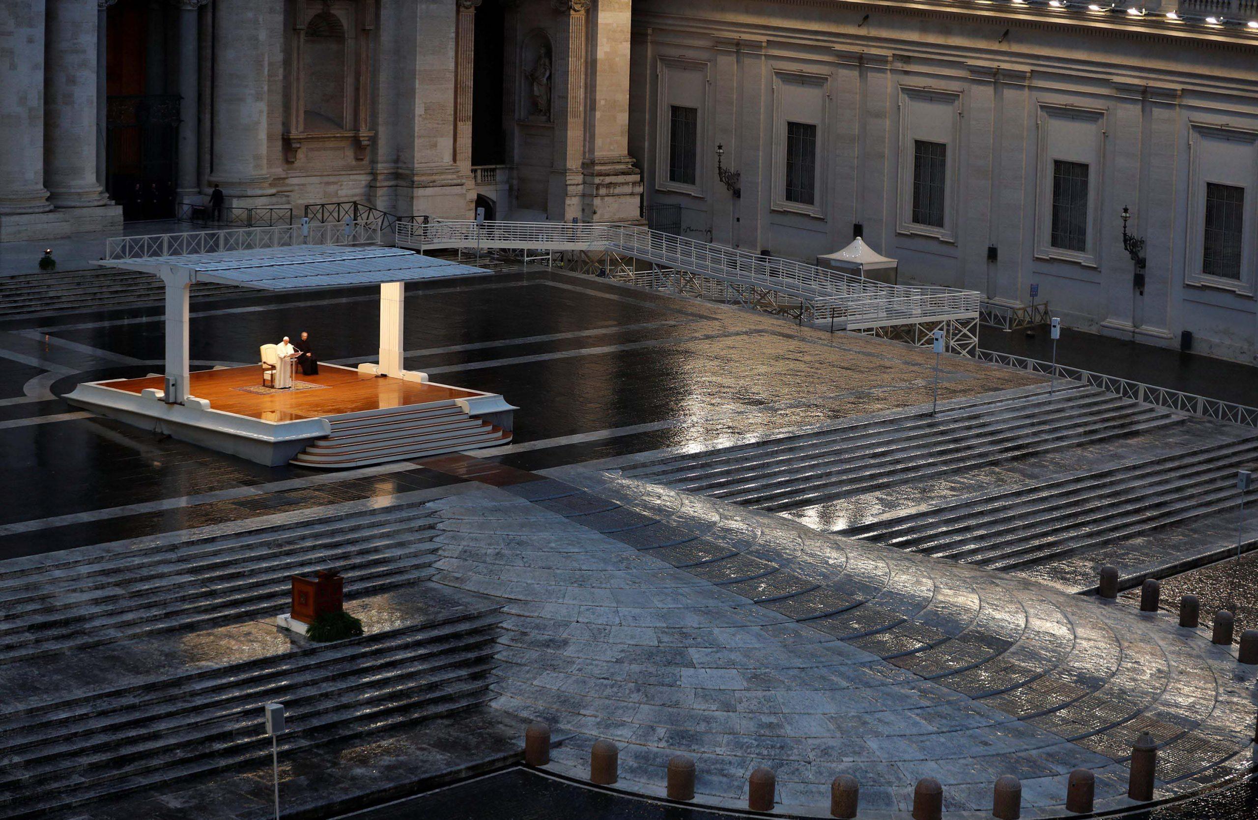 Papa reza sozinho pelo fim da pandemia e concede perdão coletivo aos católicos