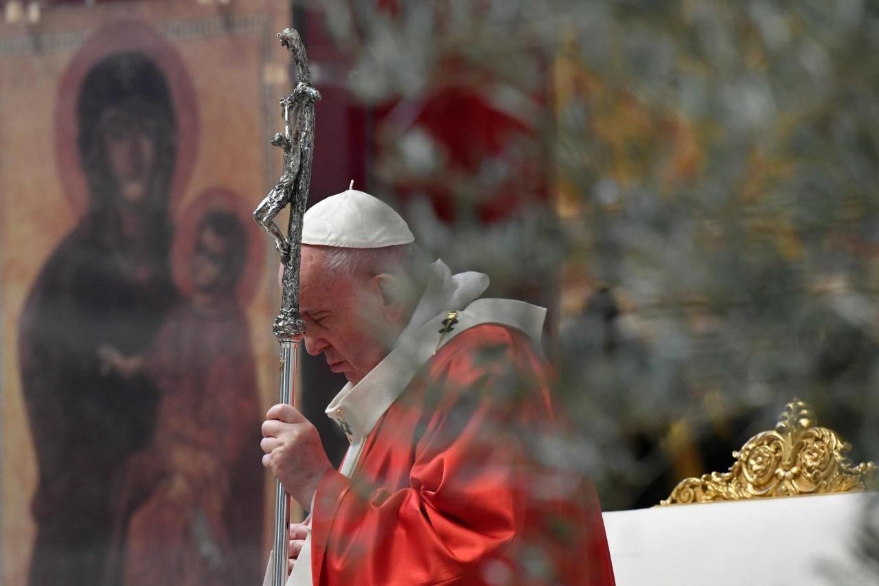 Sem fiéis, Vaticano celebra a Semana Santa.