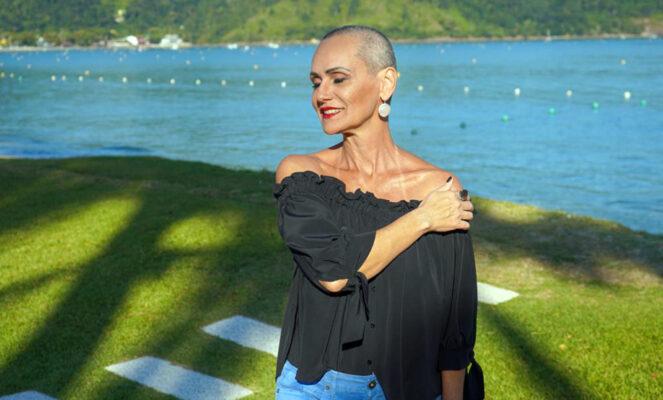 Faa Morena esbanja charme com seu novo visual