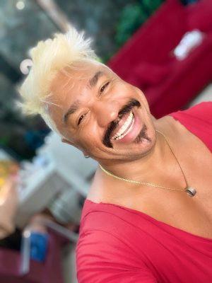 Ator muda visual para saudar seus 47 anos