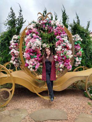 Cantora Naty Meg visita atrações do Grupo Dreams
