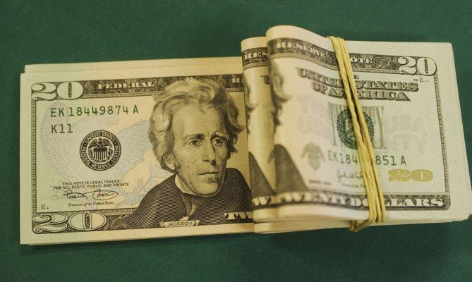 Dólar cai e fecha no menor valor em quase um mês