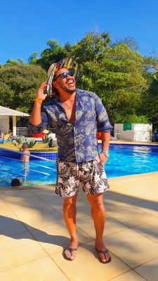Ex-BBB Adelia Soares e o ator Sebah Vieira curtem férias